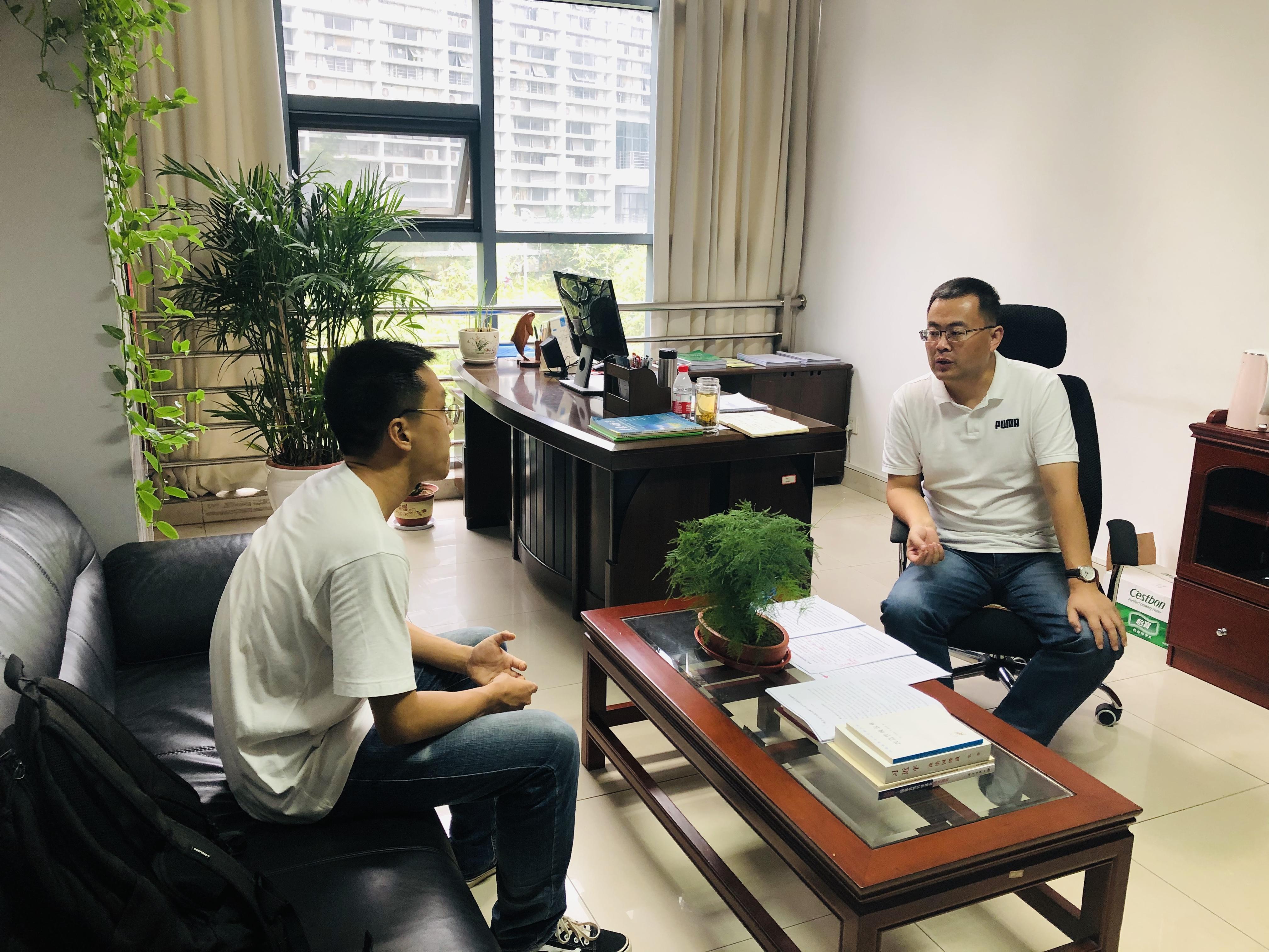 颜廷武老师与2020级硕士研究生郅建功交流