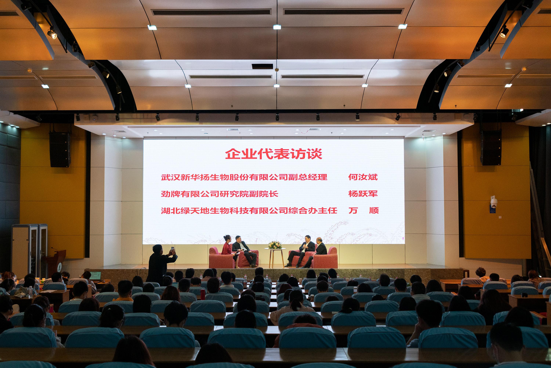 企业代表在会上给同学分享自己对于就业的见解(学通社记者 李靖威 摄)