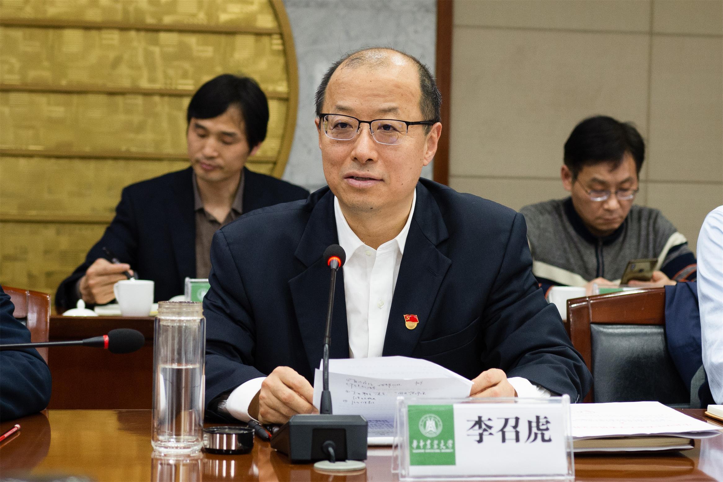 校长李召虎主持会议(记者 彭雨格 摄)