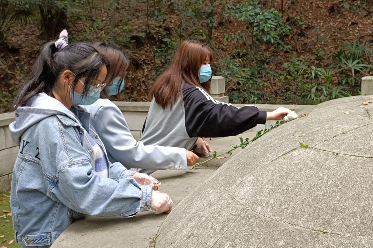 动科动医学院动科2005班同学在为张森墓清扫落叶       拍摄:周浛楗