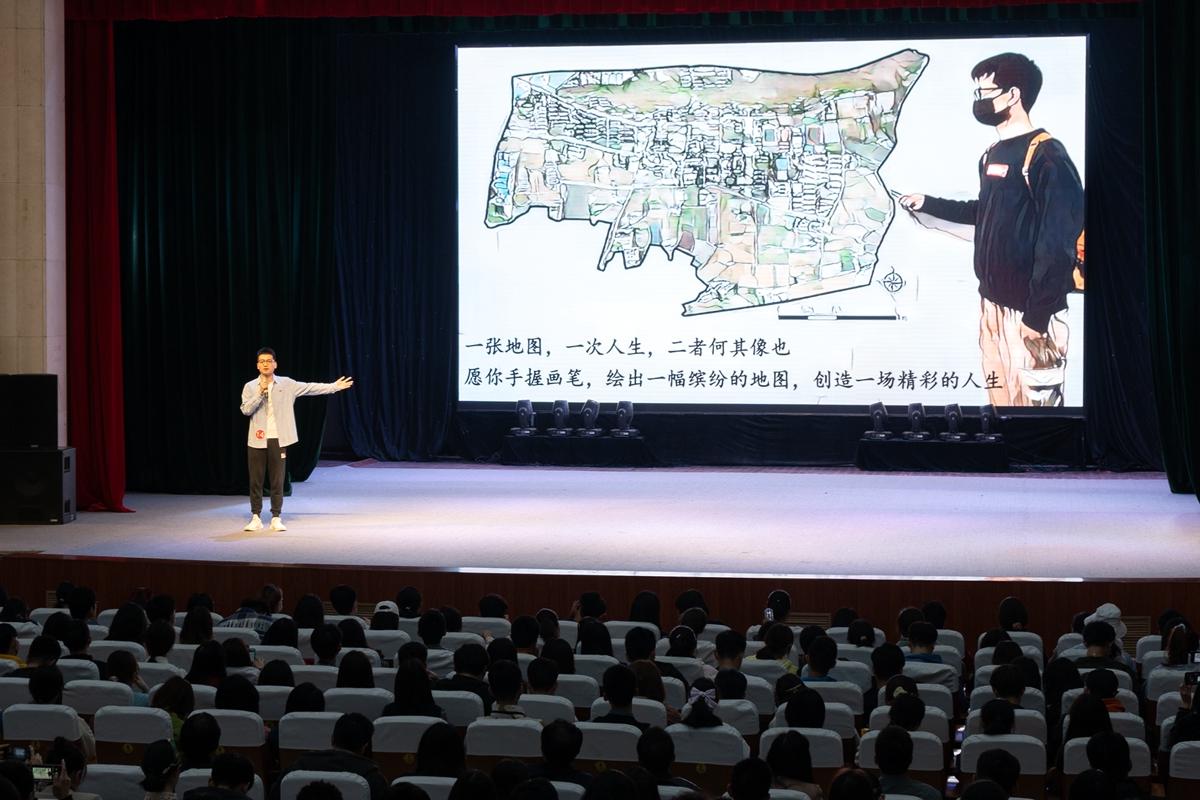 14号选手胡涛发言(学通社记者 高俊 摄)