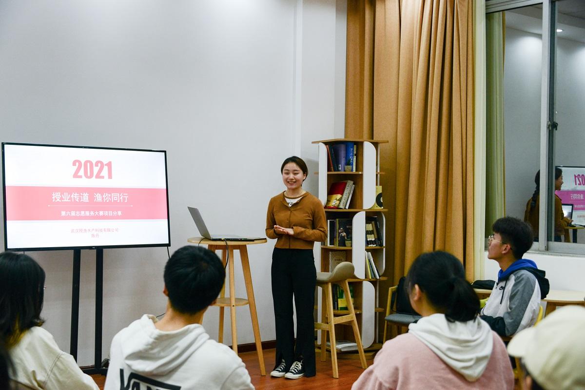 陈丹同学分享志愿故事(学通社记者 栾瑷林 摄)