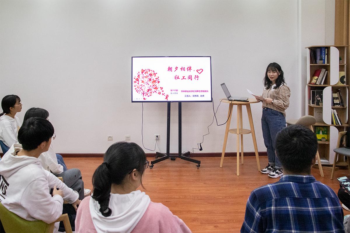 郭思琪同学分享志愿故事(学通社记者 陆俊伊 摄)