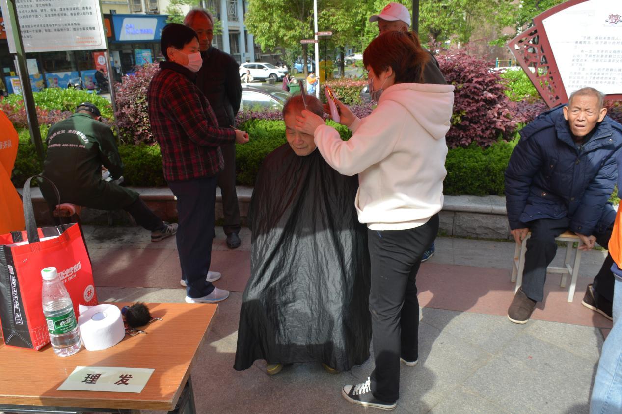 社区为老人理发