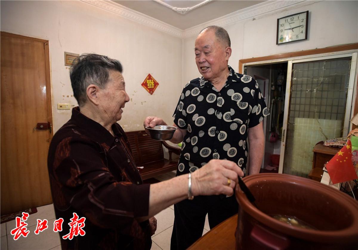 80岁的栾应华和老伴在一起生活。 长江日报记者史伟 摄
