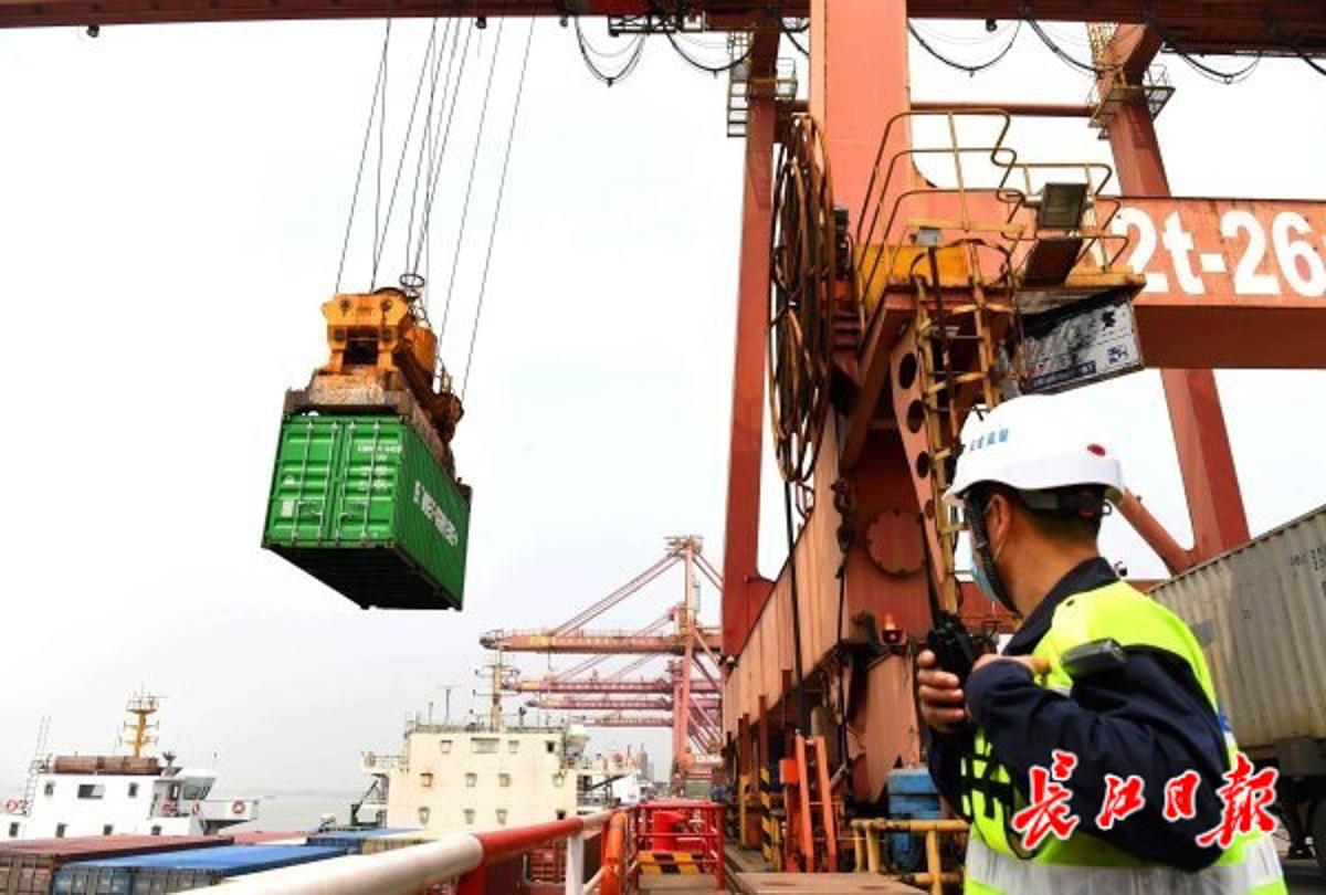 4月15日,繁忙的武汉阳逻港集装箱码头。  长江日报记者高勇 摄