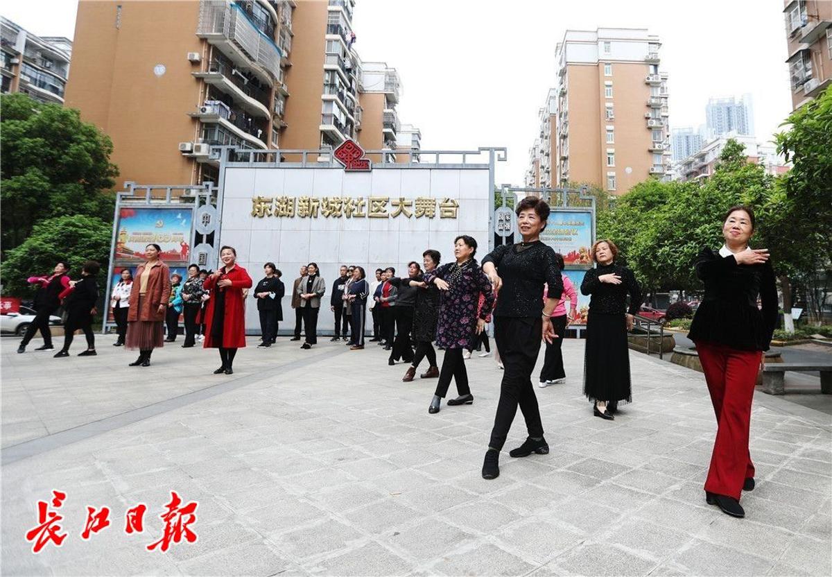 4月25日,社区居民们自发在东湖新城社区大舞台彩排文艺演出《我的祖国》。 长江日报记者何晓刚 摄