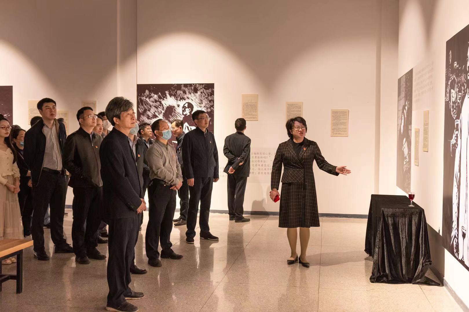 校领导参观作品《许云峰赴宴》和当时的情境模拟(记者 彭雨格 摄)