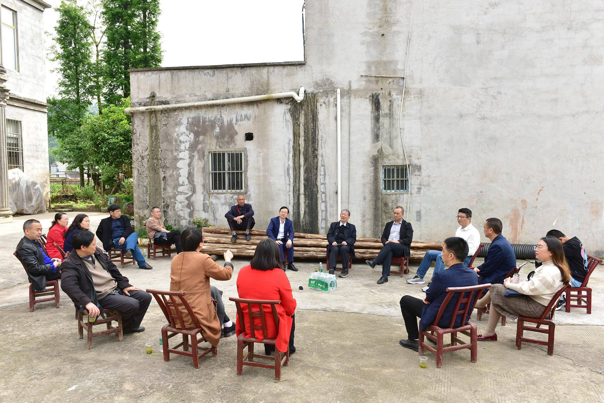 傅廷栋院士28日下午在三里河乡河水坪村指导油菜产业,了解村民种植需求(记者 刘涛 摄)