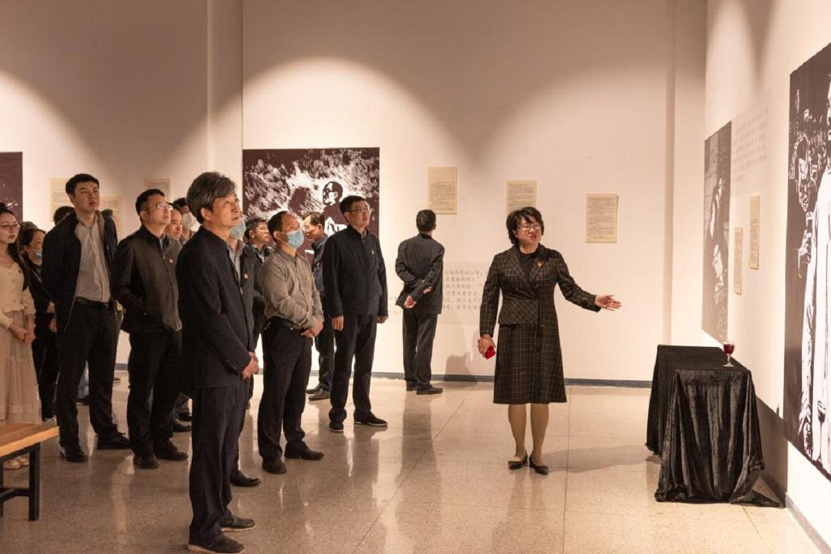 师生参观作品《许云峰赴宴》和当时的情景模拟。(彭雨格 摄)