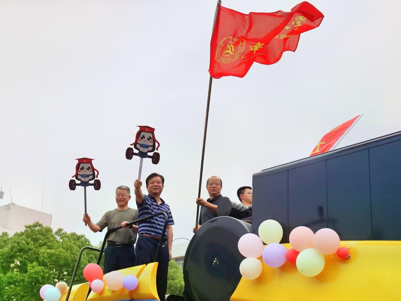 校长李召虎等校领导与巡游师生互动