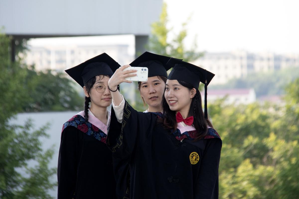 毕业生们面带微笑的合影中(学通社记者 侯稼彤 摄)