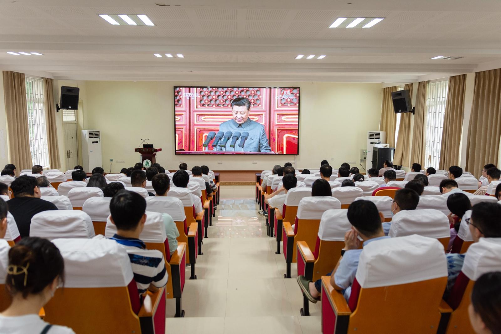 工学院农业工程系教工党支部观看建党100周年庆祝大会(记者 彭雨格 摄)