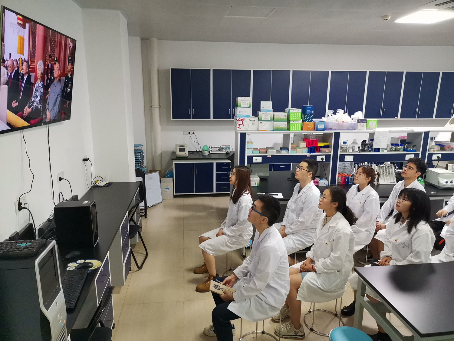 逸夫楼C401系统合成与生物学实验室,信息学院生物信息研究生党员同学自发收看纪念大会直播