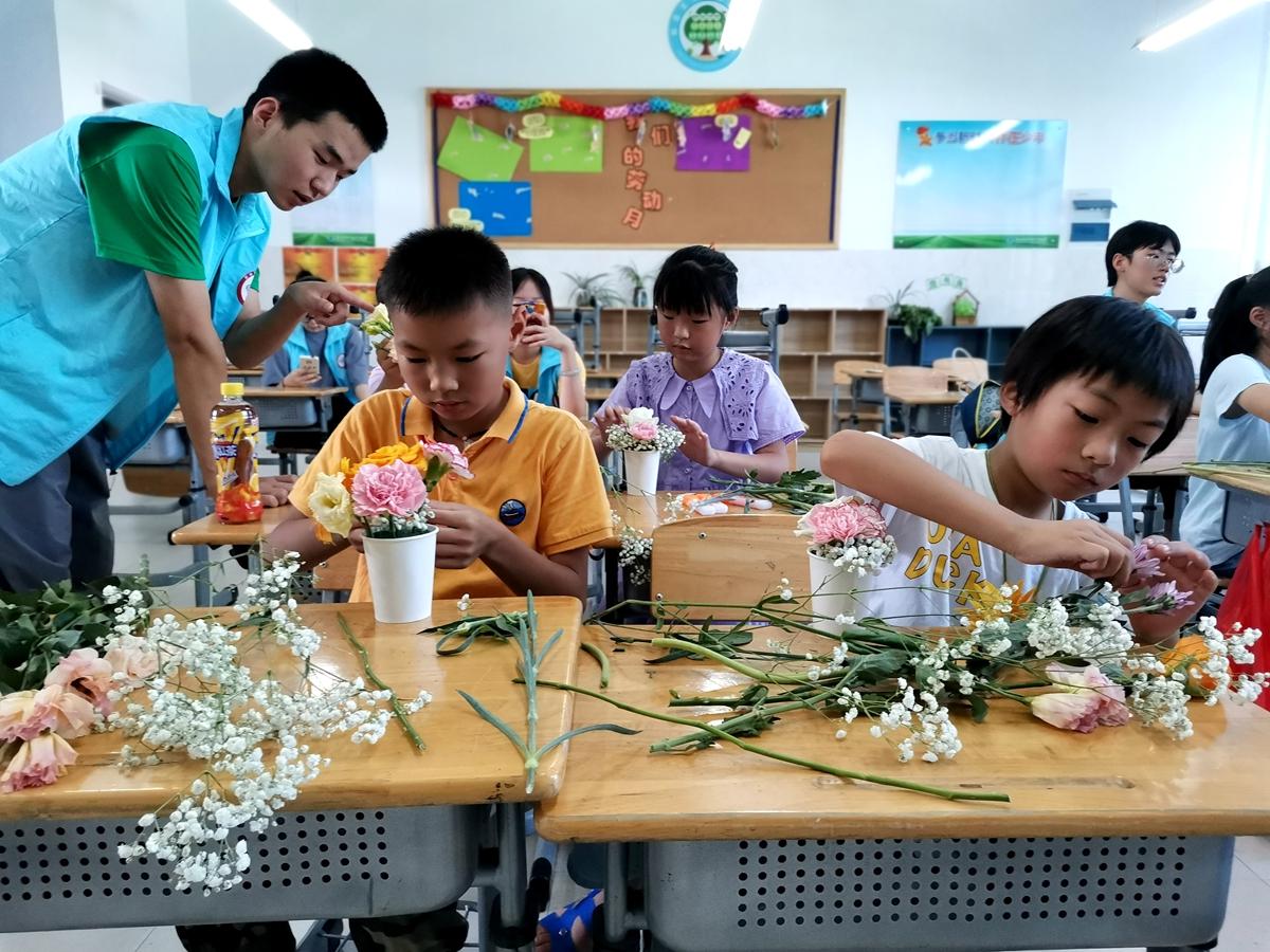 02-社会实践分队同学指导西周小学学生开展插花活动