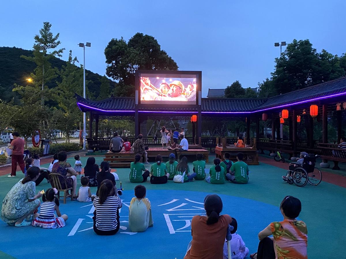 04-社会实践分队同学与村民一同观看红色电影
