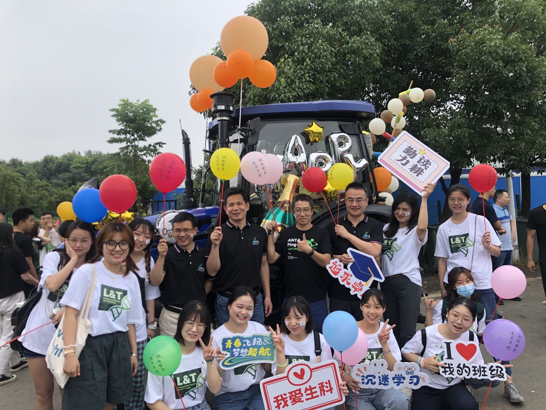 和希顺与班子成员一起参加2021年毕业巡游活动