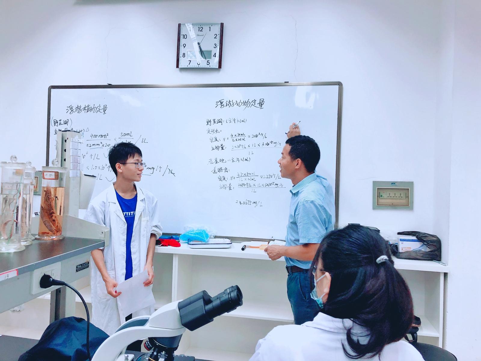 周琼老师在实验室指导学生