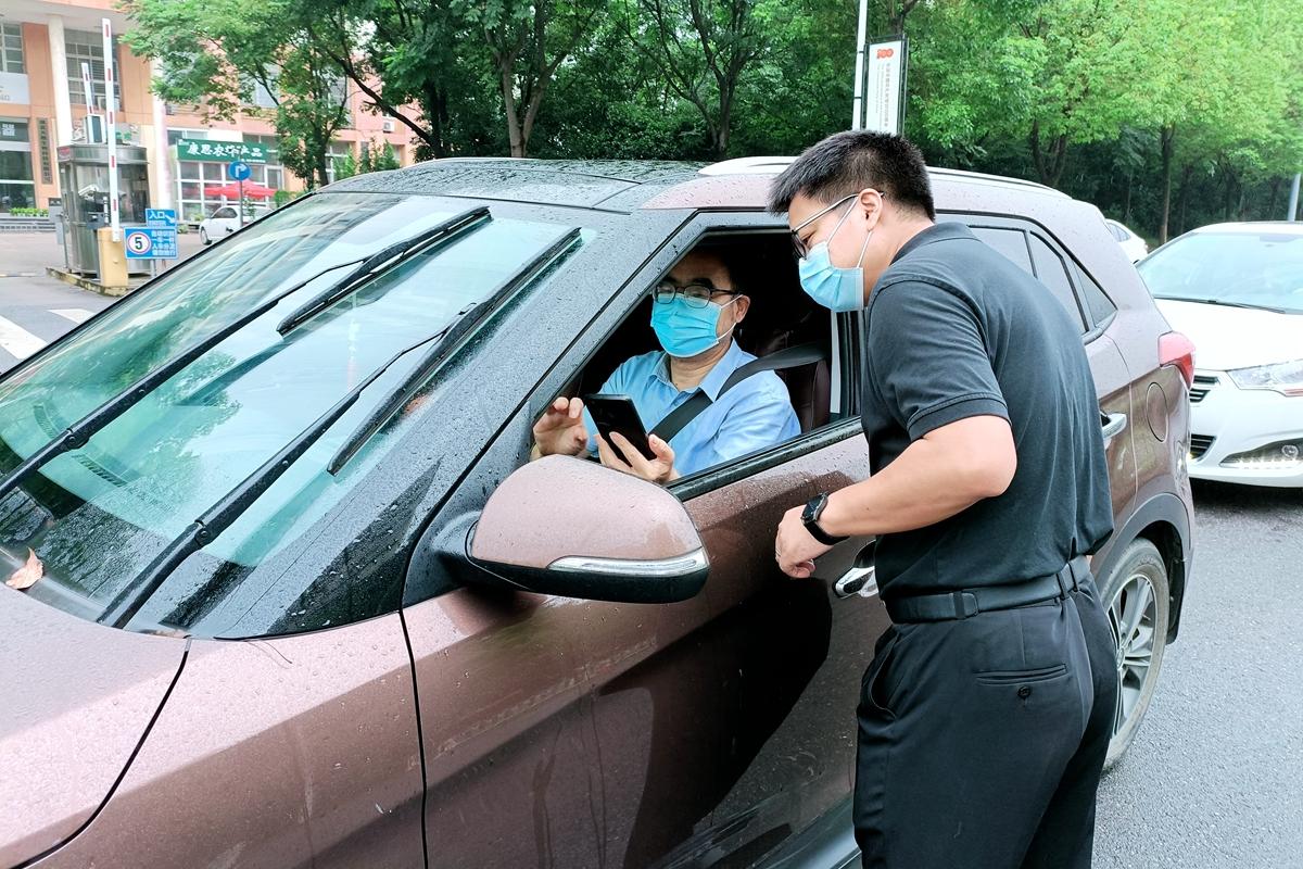 青年教师万虎在西大门防疫点值班查看入校车辆健康码