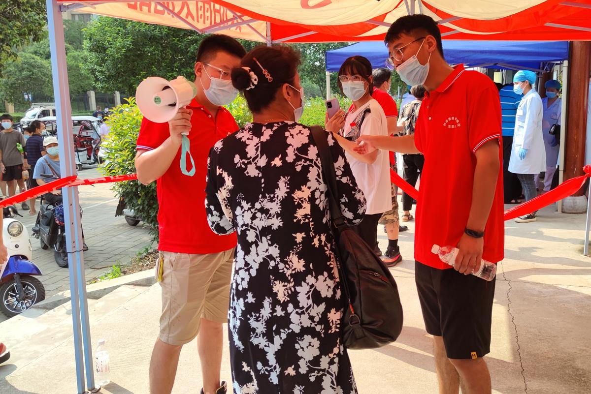 杨乐意同学在洛阳市洛龙区科技园街道做防疫志愿工作