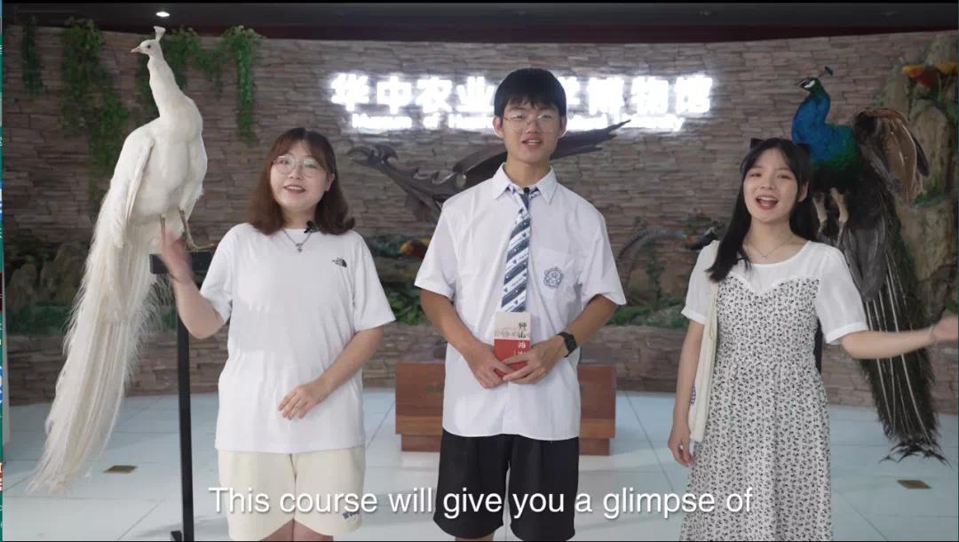 3.生科英才班贾雨康与指导教师、小组成员正在校史馆拍摄(2)