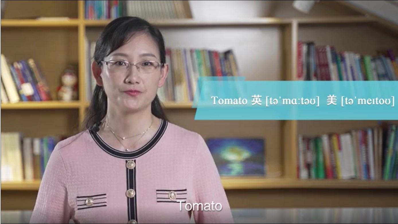 教师讲解语音知识,解读英音和美音的差异(外国语学院 供图)