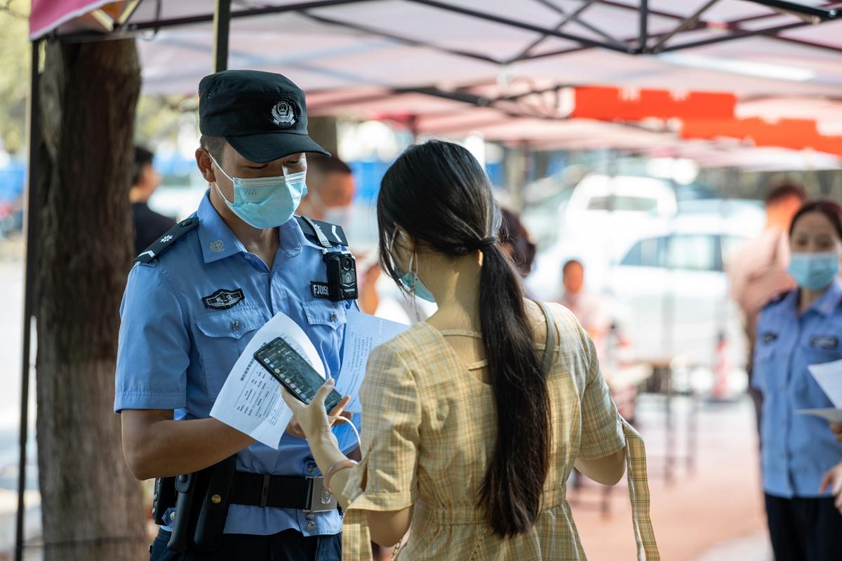 武汉警察保障安保的同时发放安全传单(学通社记者 谢焱 摄) (2)_副本