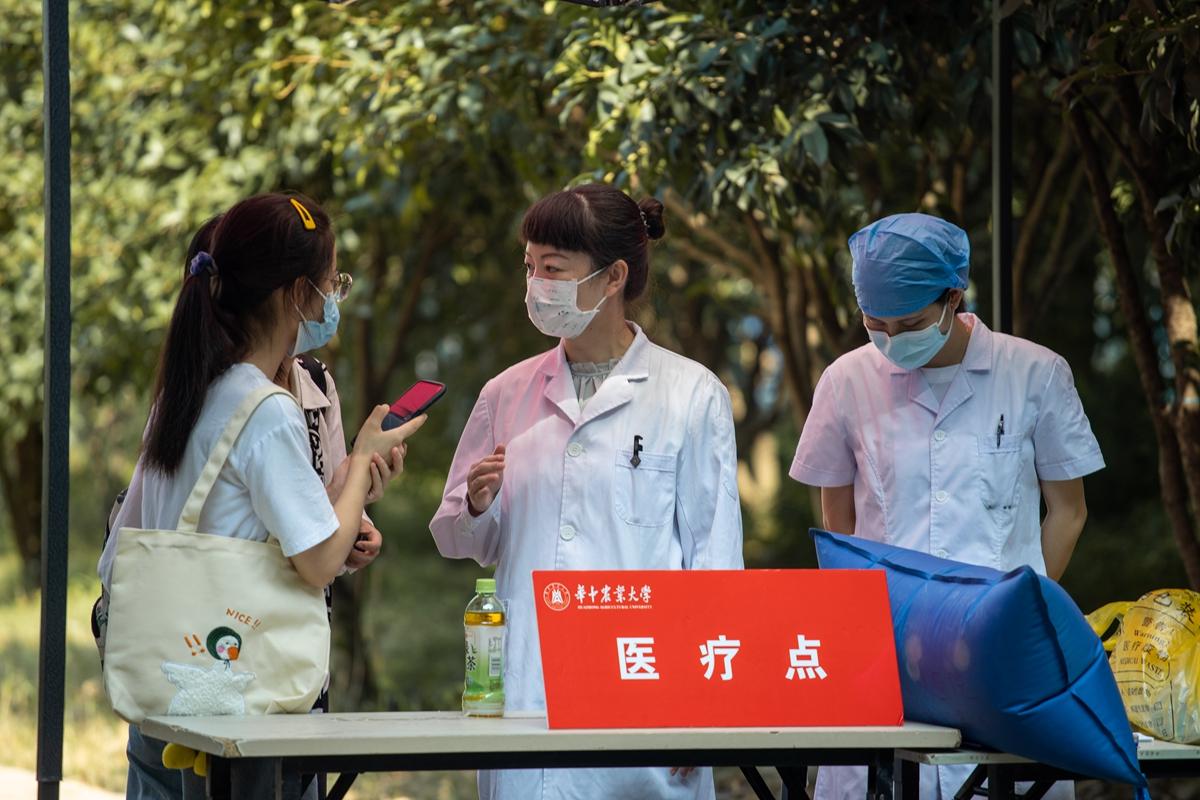 医疗保障工作人员正在接受学生记者采访(学通社记者 谢焱 摄)_副本