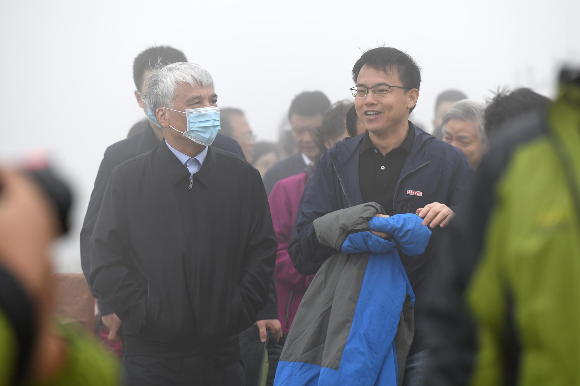 汪波在韭菜坪向丁仲礼介绍项目进展(记者 刘涛)