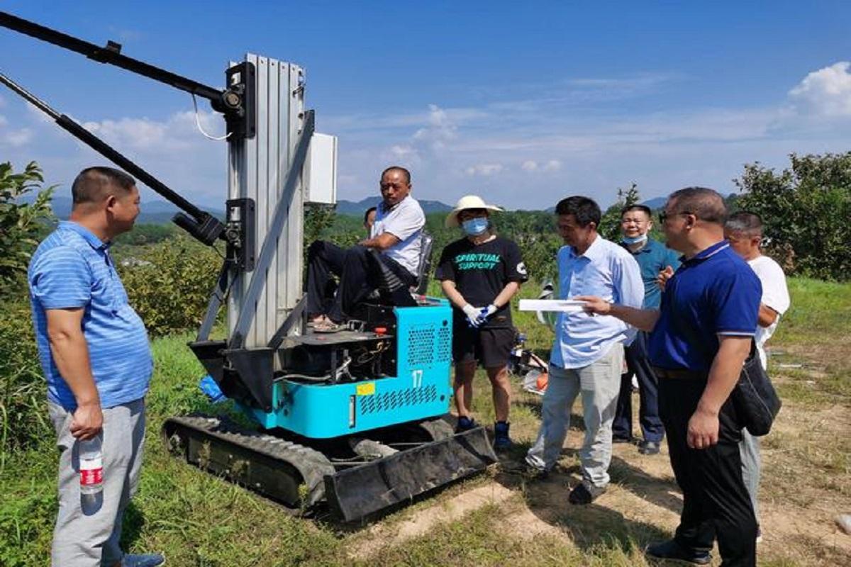 研发团队专家向农机合作社负责人讲解板栗采收机操作要领
