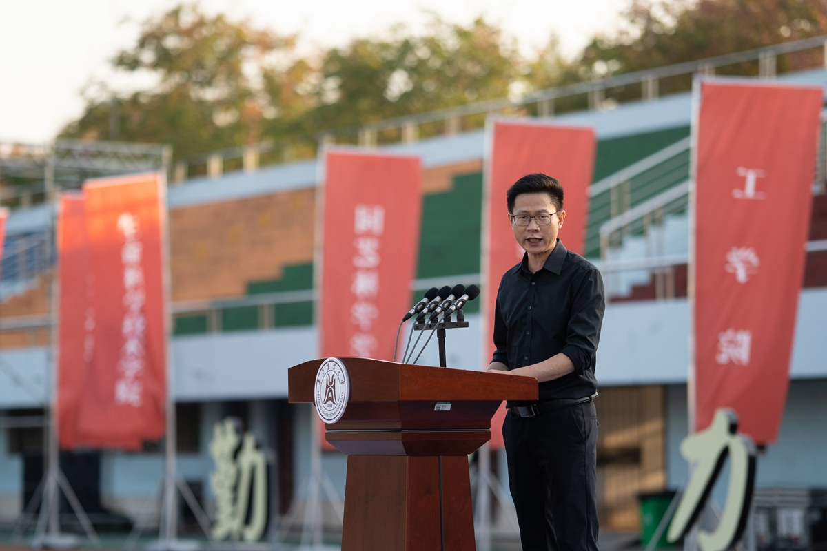 教师代表陈明辉(学通社记者 刘博文 摄)_副本