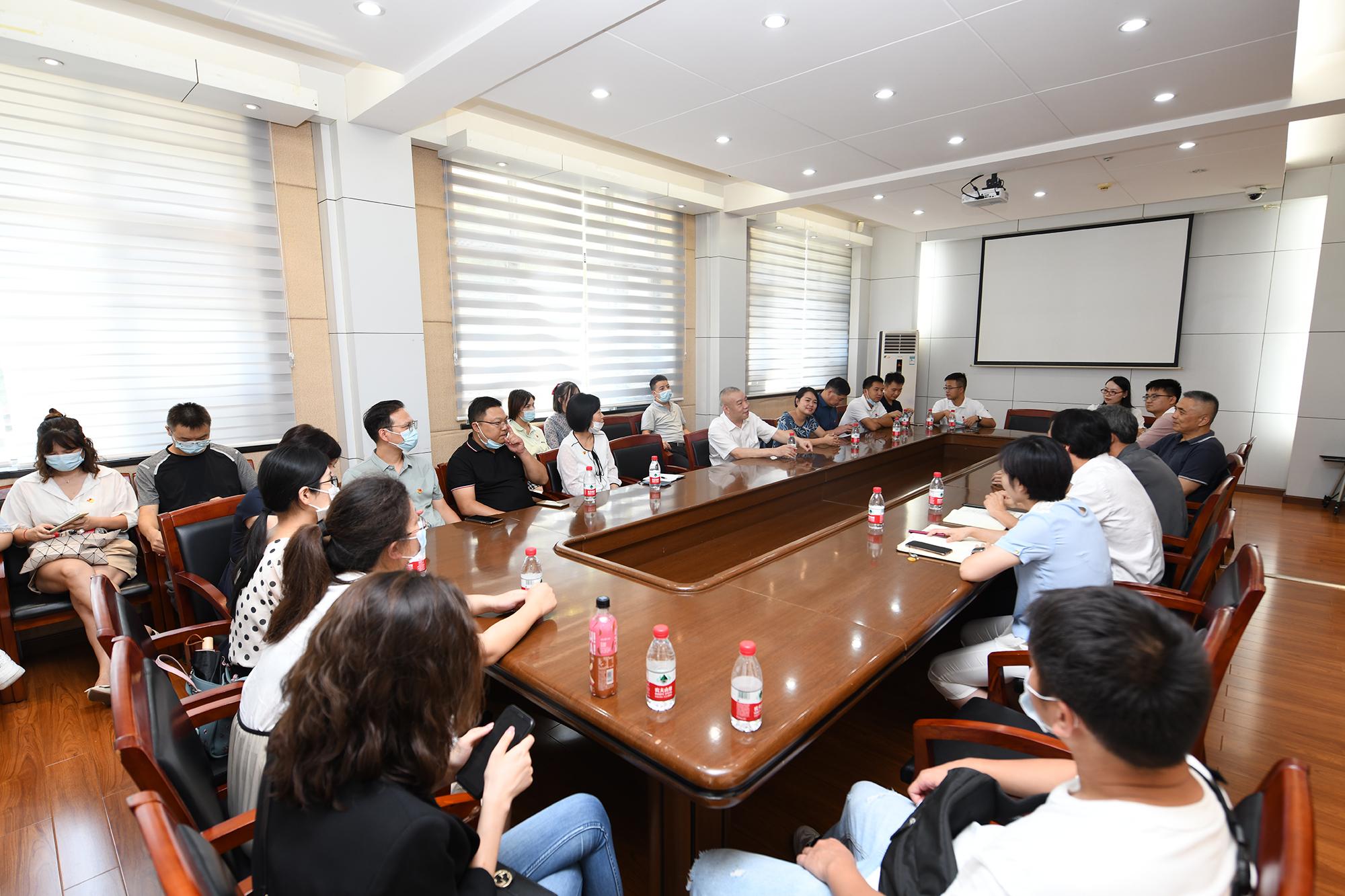 双方在行政楼二楼会议室座谈(记者 刘涛 摄)