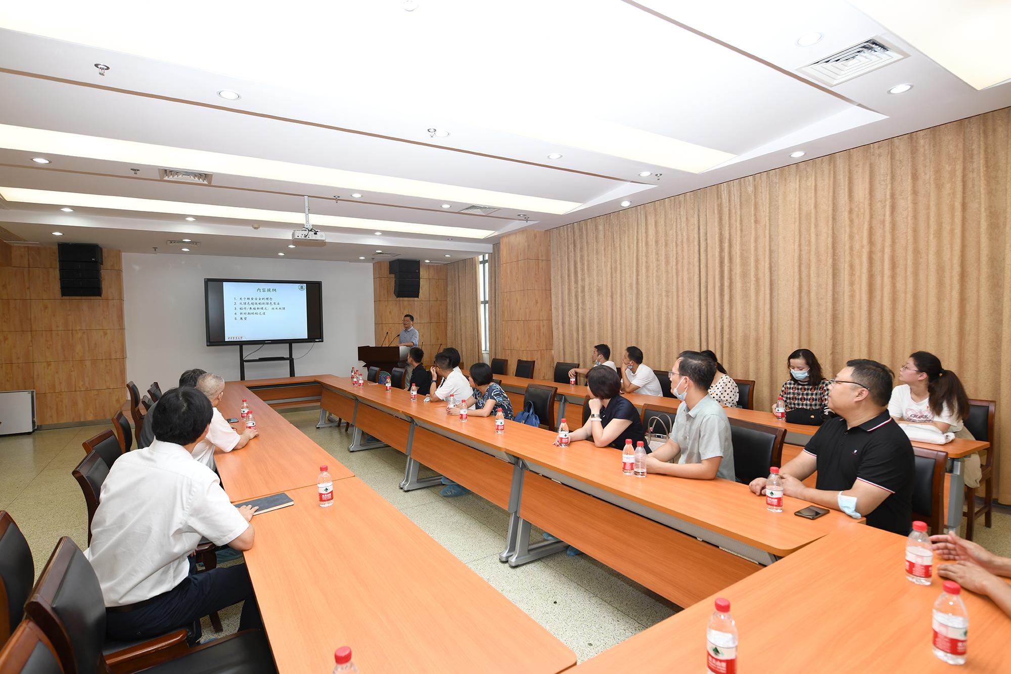 贺广华一行调研作物遗传改良国家重点实验室(记者 刘涛 摄)
