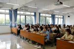 新生大学开课第一天:200余名干部教师走进课堂听课评课