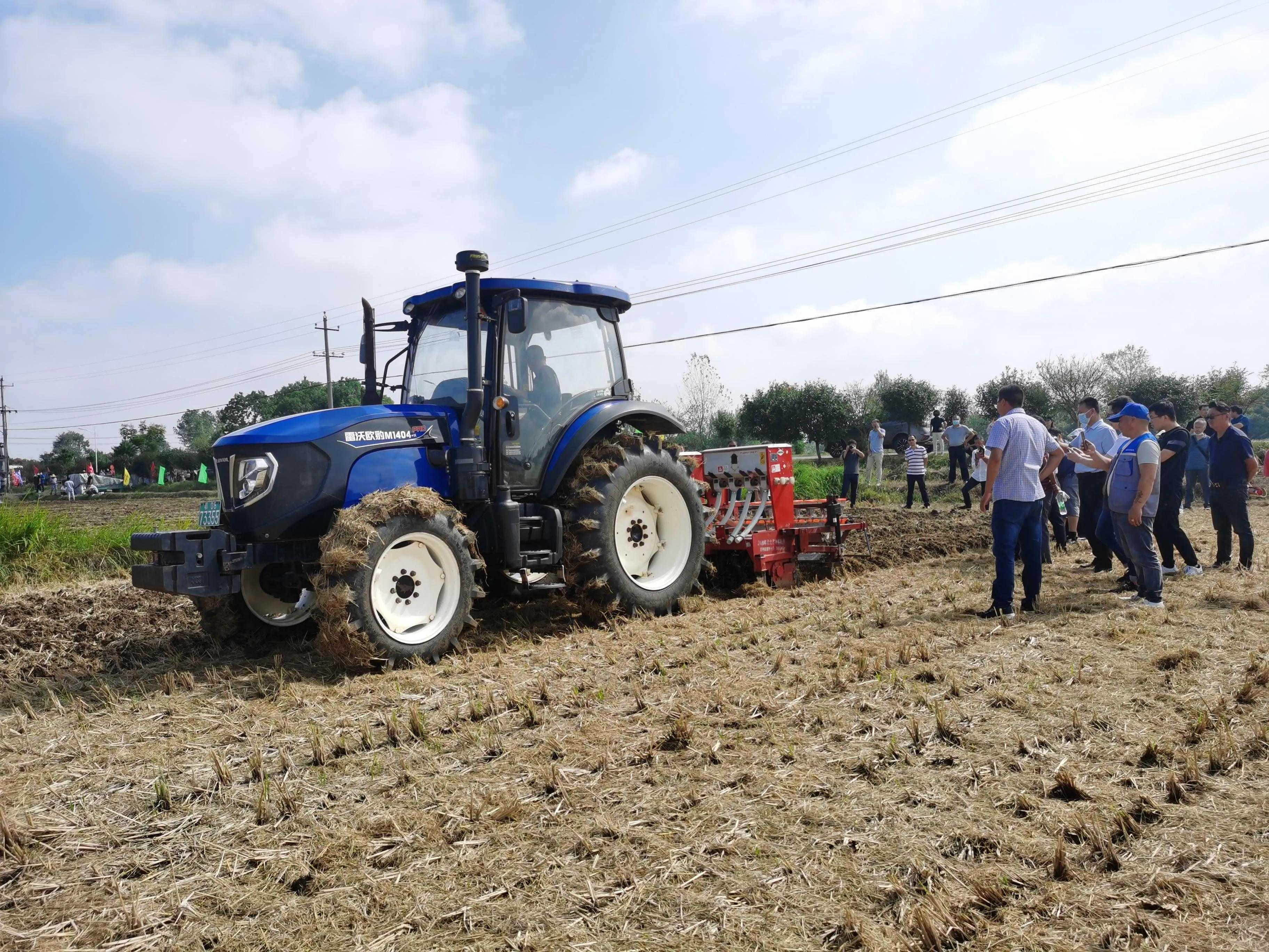 油菜微垄直播机引得众多农户围观
