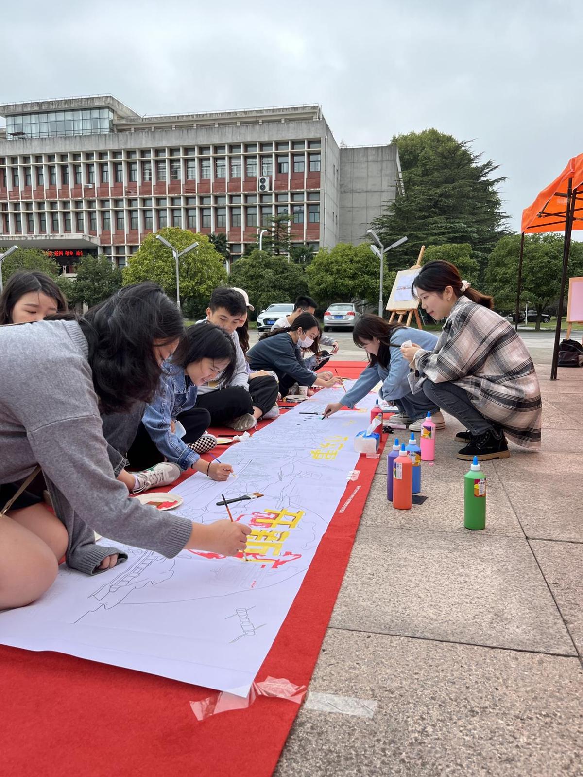 """同学们积极参与""""学党史·庆百年""""手绘长图填色(通讯员 贾梦瑶 摄)"""