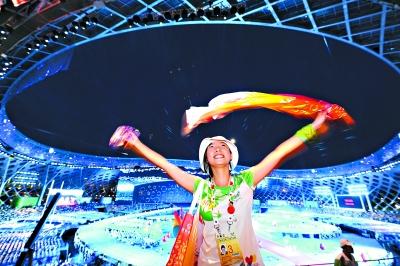 志愿者在开幕式前的热场表演中指导现场观众